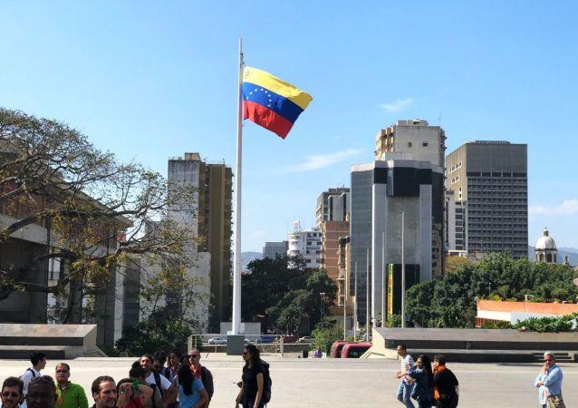 Przechodnie na ulicy Caracas