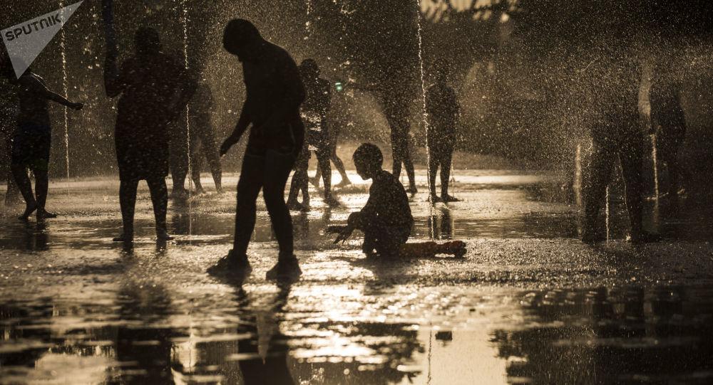 Mieszkańcy kąpią się w fontannie parku Rio w Madrycie