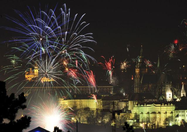 Sztuczne ognie nad Mostem Karola w Pradze