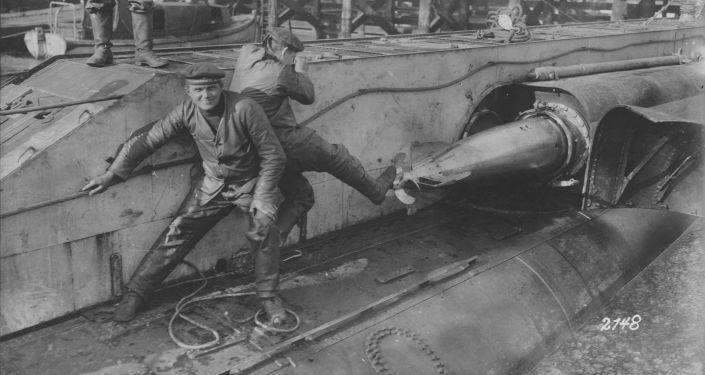 Niemieccy marynarze ładują torpedy na okręcie podwodnym