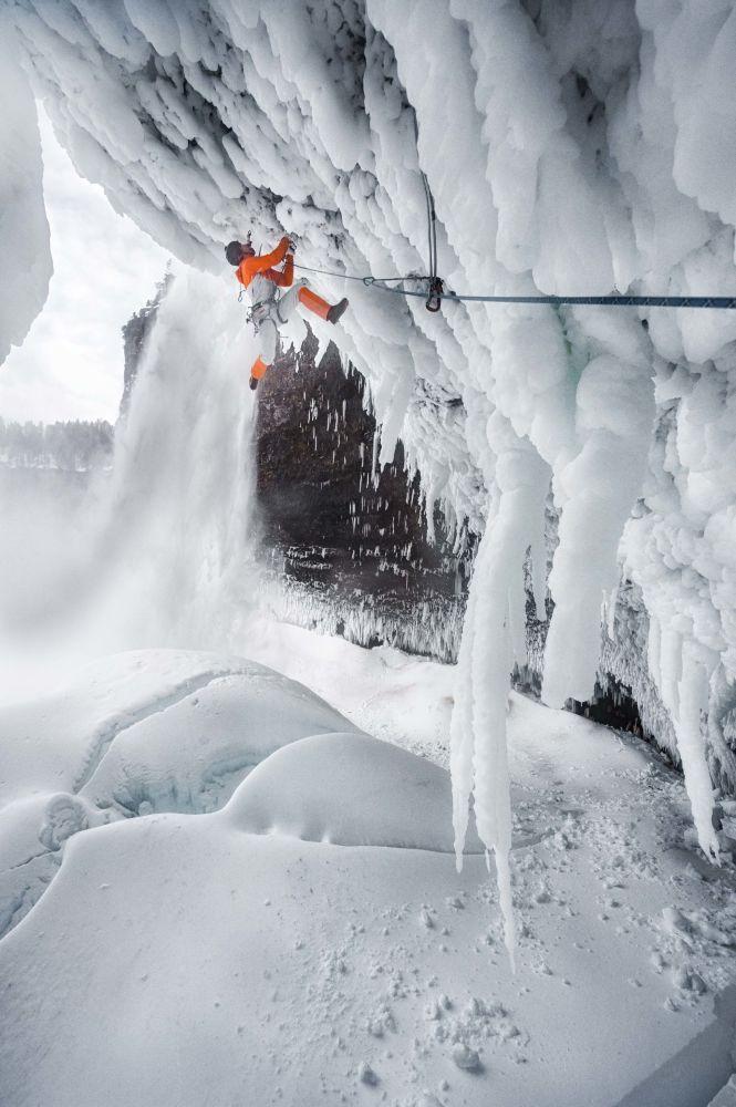 Ekstremalna wspinaczka na wodospadach Helmcken Falls w Kanadzie