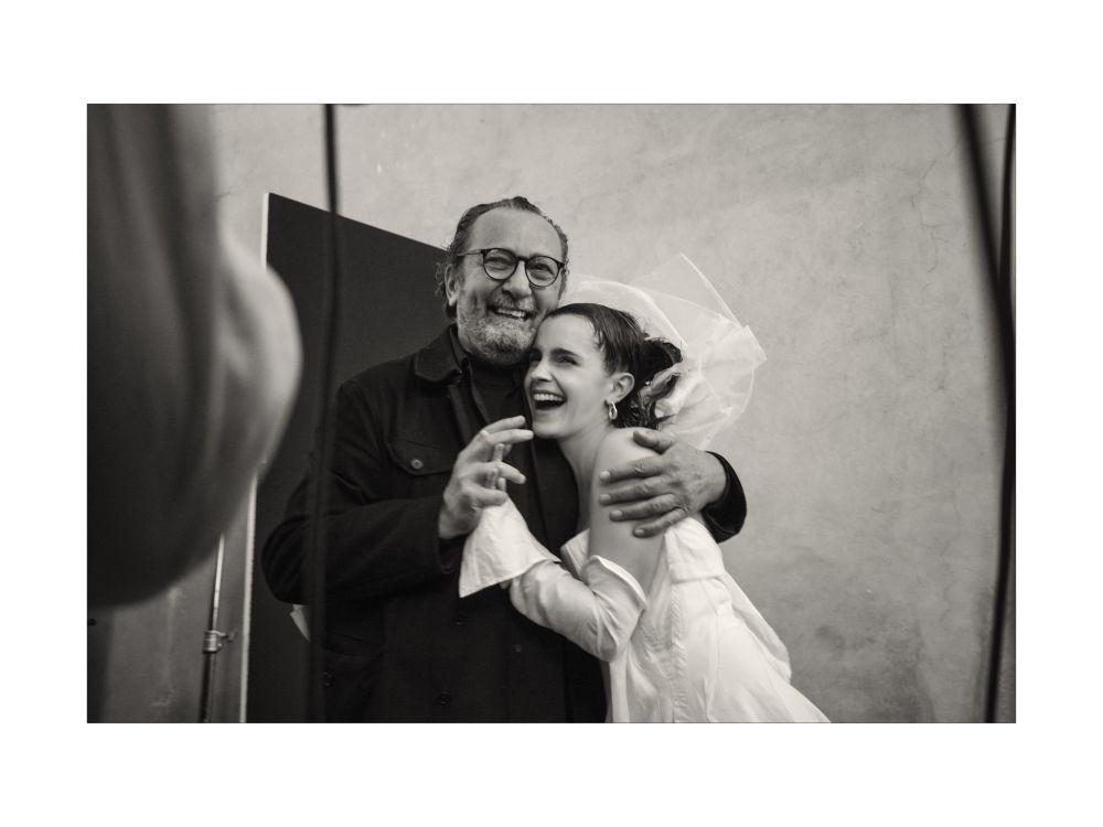 Aktorka Emma Watson z fotografem Paolo Roversi podczas przerwy w czasie sesji fotograficznej dla kalendarza Pirelli 2020