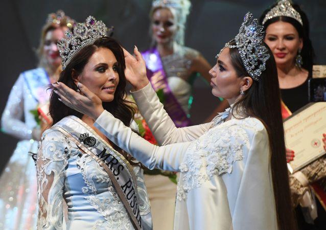 """Zwyciężczyni w kategorii """"Mrs Rosji Globe"""" Ksenia Kriwko (po lewej) na ceremonii wręczenia nagród po finale konkursu w Moskwie."""