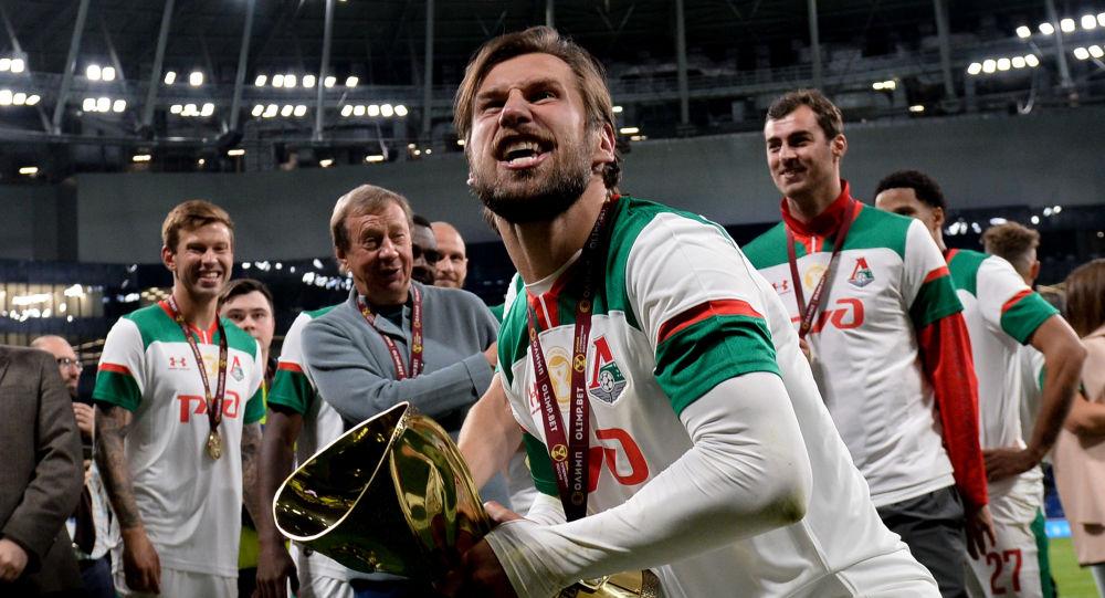 Grzegorz Krychowiak trzyma Puchar Rosji po wygranym meczu Lokomotiwu z Zenitem