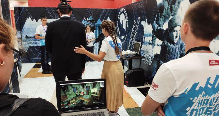 Wolontariusze Zwycięstwa przedstawiają gościom Forum technologie VR
