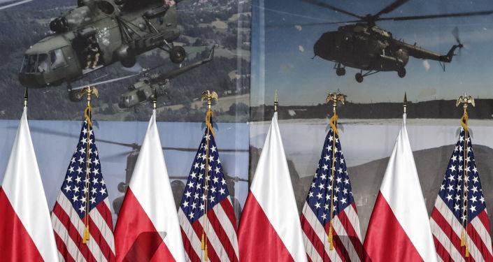 Flagi Polski i Ameryki, w tle śmigłowce