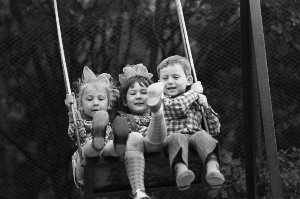 Dzieci na huśtawce na Krymie, 1976 rok