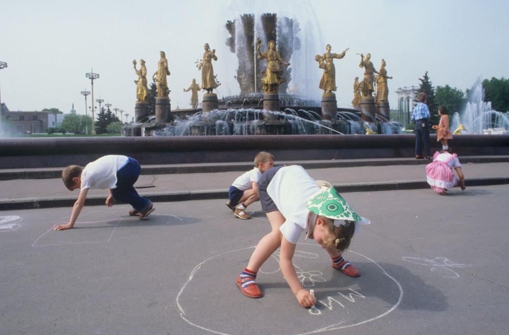 Dzieci rysują kredą na asfalcie przy fontannie w parku WDNCh w Moskwie, 1984 rok