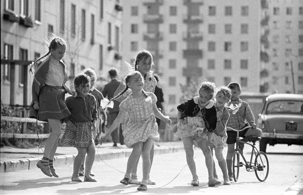 Dzieci bawią się przed domem, 1966 rok