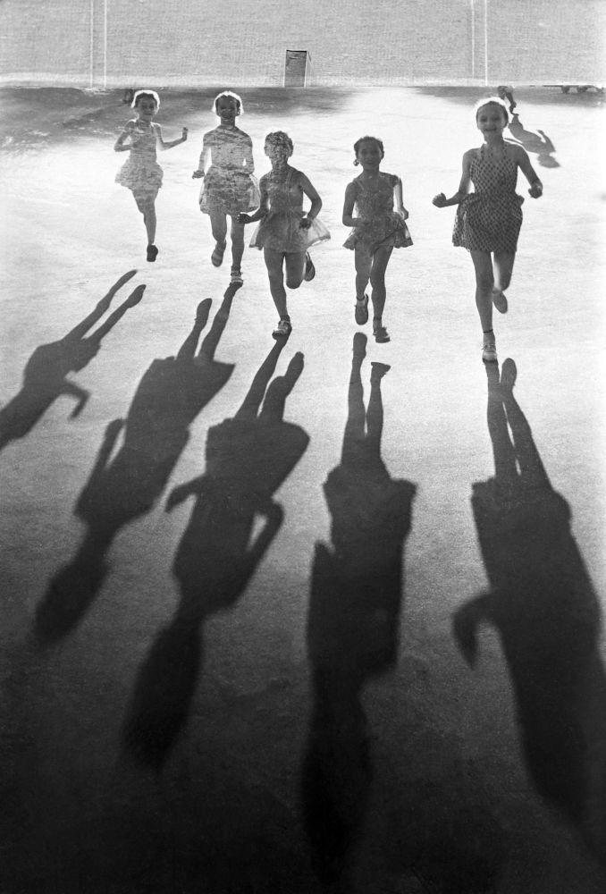 Dzieci biegają na świeżym powietrzu, 1963 rok