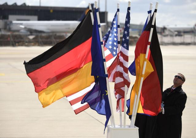 Flagi USA i Niemiec na lotnisku w Hanowerze