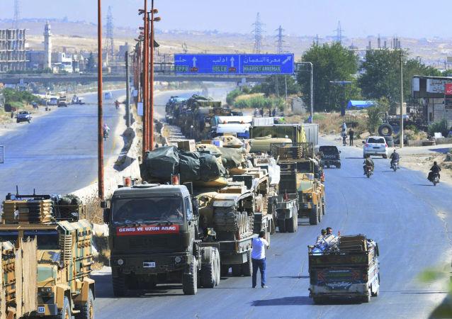 Kolumna tureckiego sprzętu wojskowego na drodze między Ma'arrat an-Numan i Chan Szajchun w prowincji Idlib