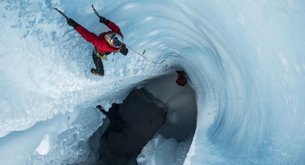 Will Gadd bada lodowiec na Grenlandii