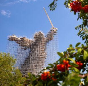 Posąg Matka Ojczyzna Wzywa! w Wołgogradzie podczas prac konserwatorskich.