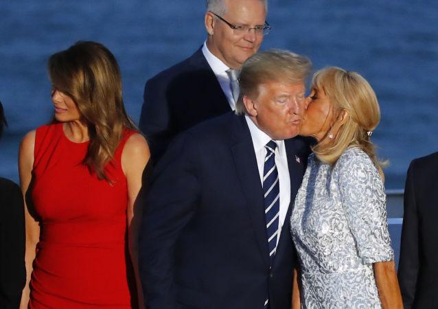 Żona prezydenta Francji Brigitte Macron całuje Donalda Trumpa podczas fotografii grupowej na G7 we francuskim mieście Biarritz
