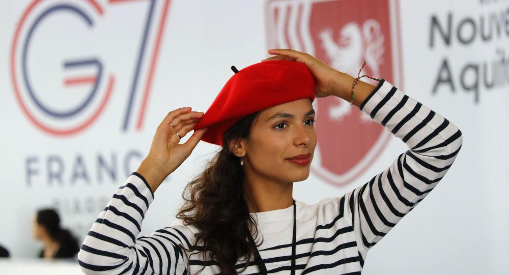 Hostessa Marisol Canavy podczas szczytu G7 we Francji