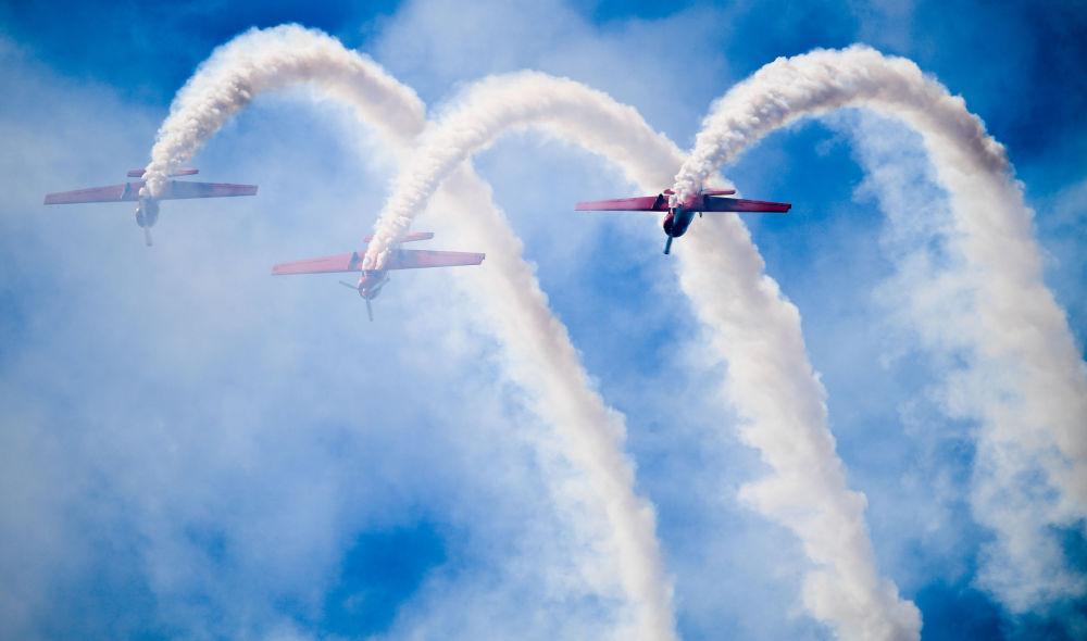 Popisy pilotów na samolotach Yakovlev Yak-50 podczas Salonu Lotniczego i Kosmicznego MAKS 2019
