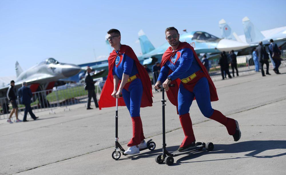 Odwiedzający Międzynarodowy Salon Lotniczy i Kosmiczny MAKS 2019 w obwodzie moskiewskim