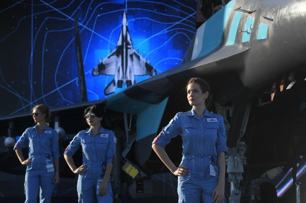 Dziewczyny przy rosyjskim myśliwcu MiG-35 na Salonie Lotniczym i Kosmicznym MAKS 2019