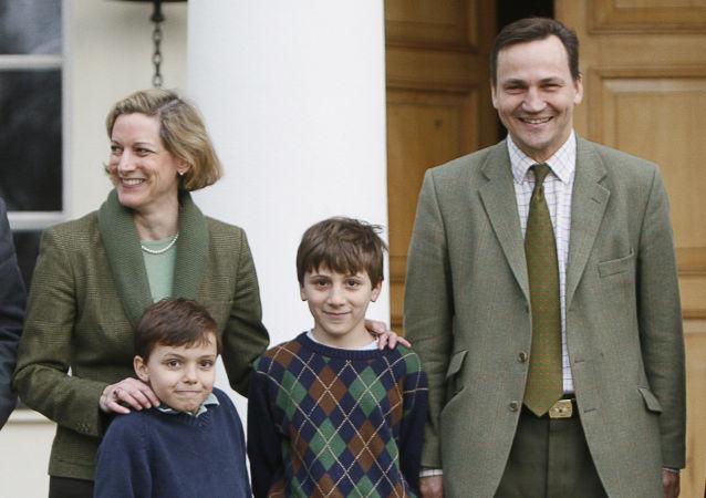 Marszałek Sejmu Radosław Sikorski z żoną, dziennikarką Anne Applebaum i dziećmi
