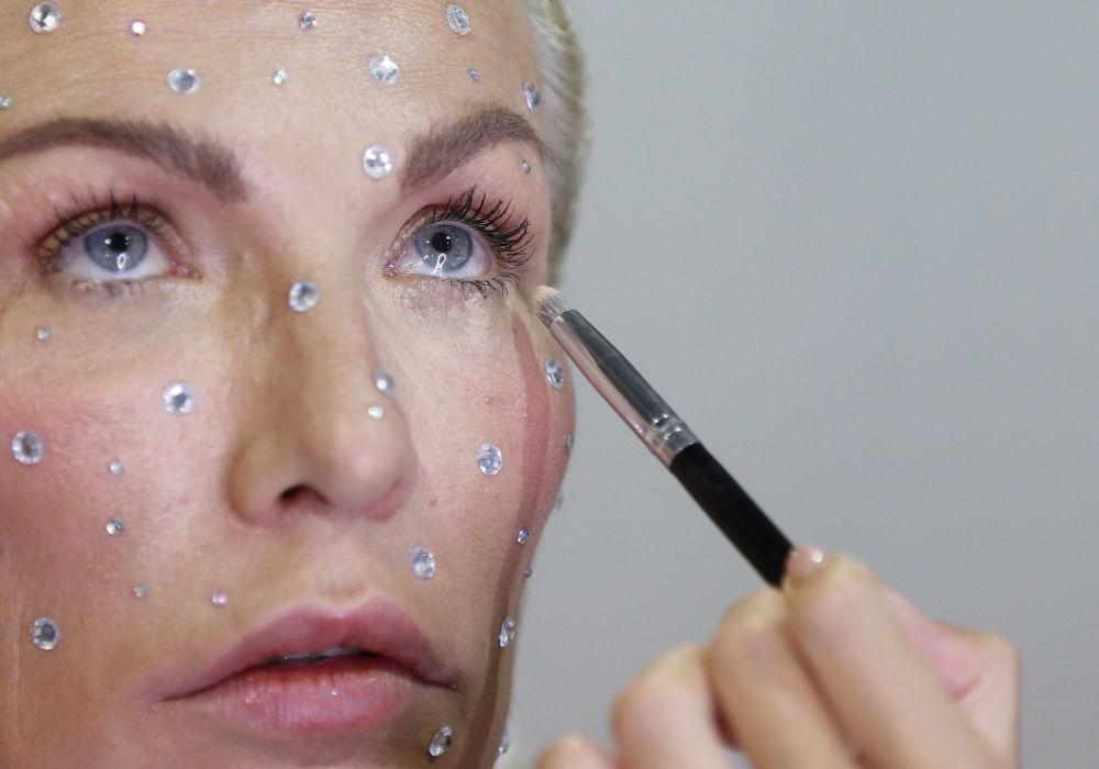 Naniesienie makijażu na Ukraińskim Tygodniu Mody 2019 w Kijowie