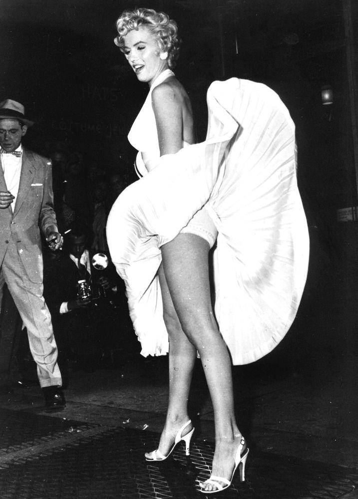 """Marilyn Monroe w znamienitej scenie z filmu """"Słomiany wdowiec""""."""