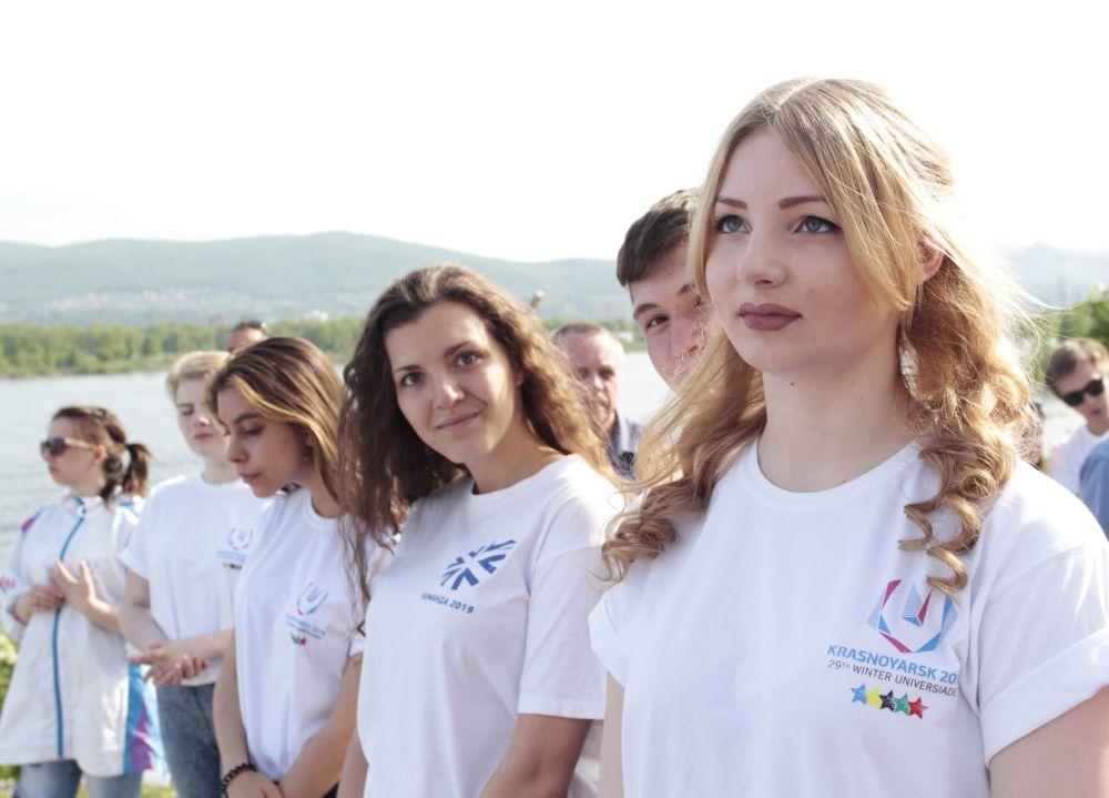 Wolontariuszki podczas ceremonii otwarcia zegara odliczającego czas do Zimowej Uniwersjady 2019 w Krasnojarsku