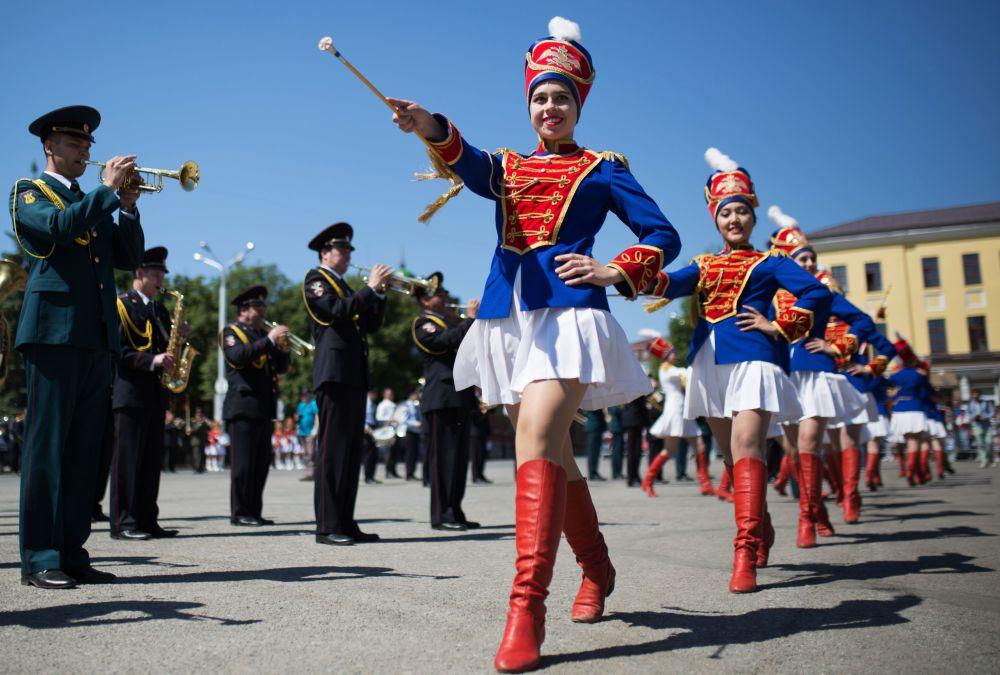Uczestniczki parady orkiestr na placu Sowieckim w Ufie podczas obchodów Dnia Rosji i Dnia Miasta Ufa