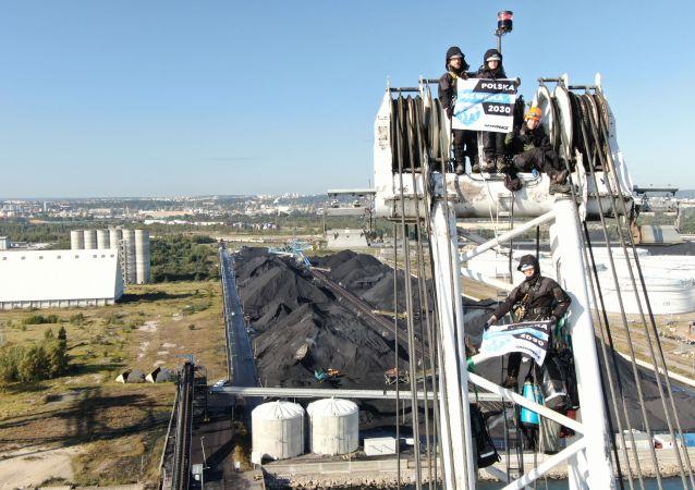 Aktywiści ekologiczni Greenpeace siedzą na dźwigu portowym w Gdańsku, blokując rozładunek importowanego węgla