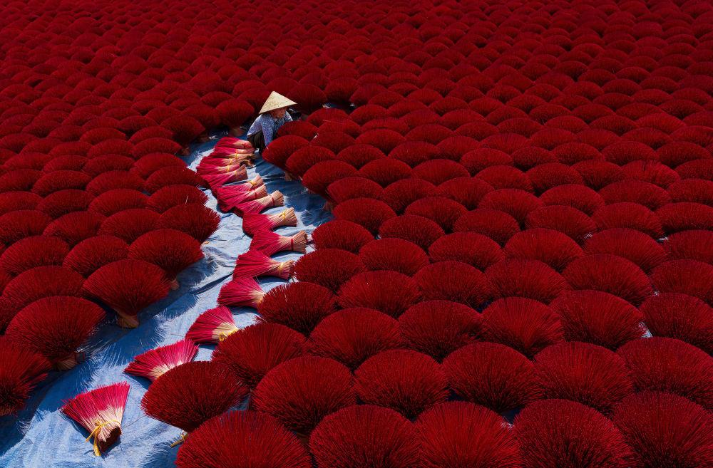 """Zdjęcie """"Incense work"""" wietnamskiego fotografa Khánha Phana na konkursie fotograficznym AGORA Awards 2019."""