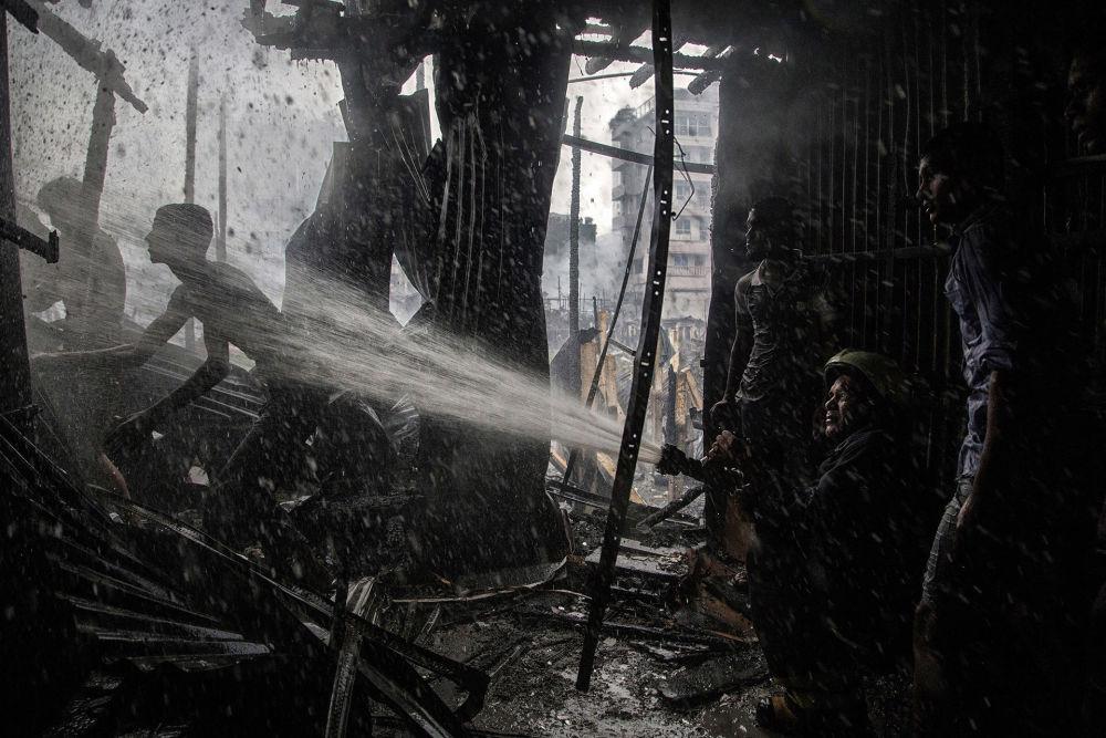 """Zdjęcie """"Fire Fighter"""" fotografa z Bangladeszu Tanveera Rohana na konkursie fotograficznym AGORA Awards 2019."""