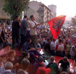 Kosowscy Albańczycy świętują zwycięstwo Armii Wyzwolenia Kosowa w Prisztinie, 1999 rok