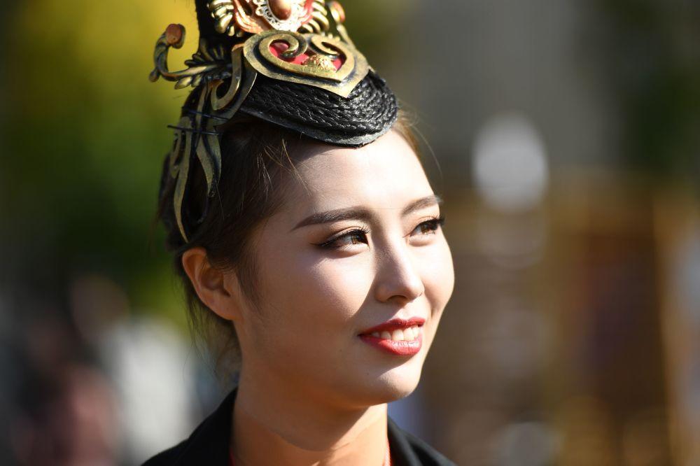 Uczestniczka festiwalu chińskiej kultury w moskiewskim kompleksie wystawowym WDNCh