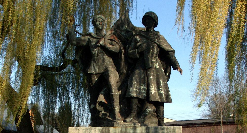 Pomnik Braterstwa Broni z czasów PRL w Czechowicach-Dziedzicach