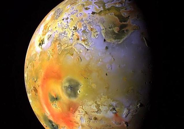 Widok na satelitę Jowisza Io z wulkanem Loki w lewym górnym rogu