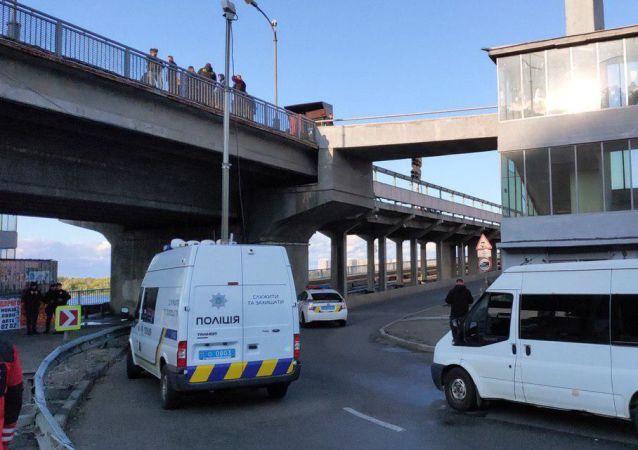 W Kijowie mężczyzna grozi wysadzeniem mostu