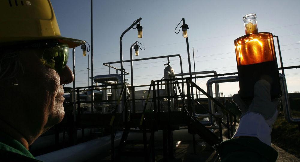 Pracownik przeprowadza kontrolę na stacji odbiorczej gazociągu Przyjaźń