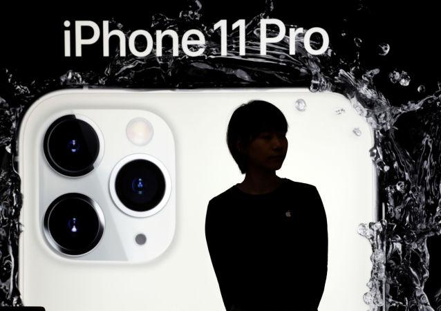 Dziewczyna na tle plakatu nowego iPhone'a 11 Pro w Pekinie w Chinach