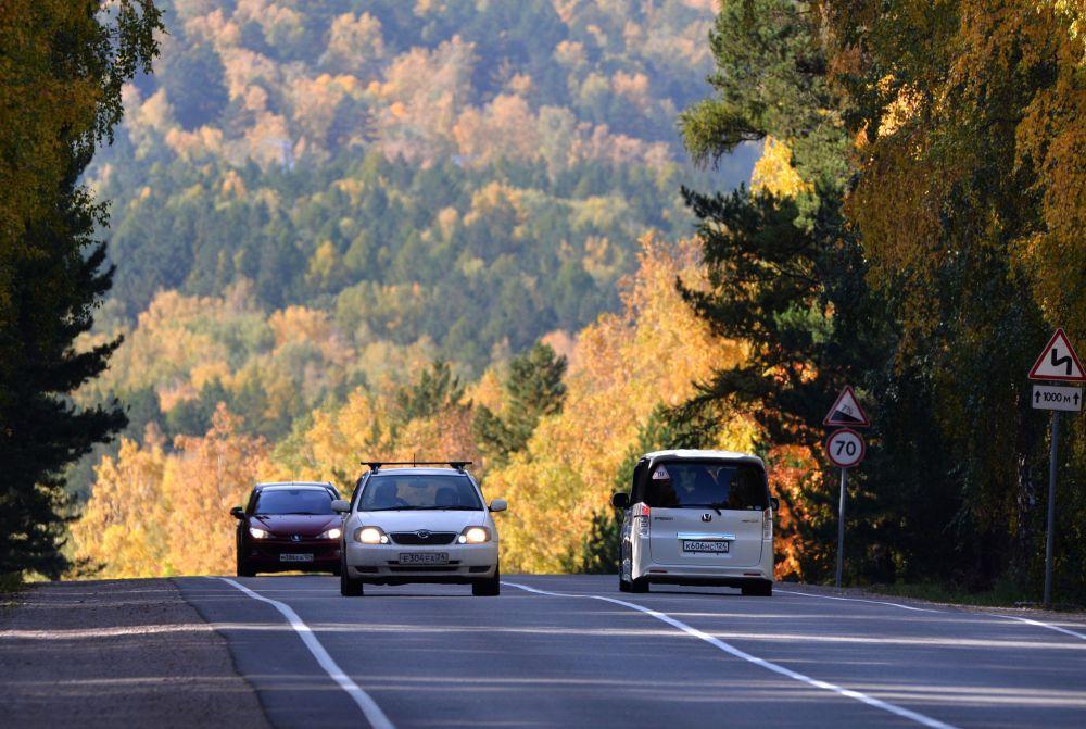 Samochód na drodze federalnej R257 w Kraju Krasnojarskim