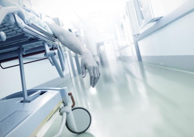 Martwy pacjent na noszach na korytarzu szpitala