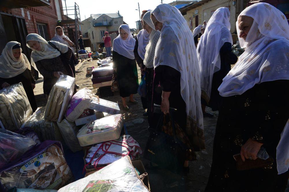 Kobiety na rynku na wsi Kubaczy w republice Dagestan
