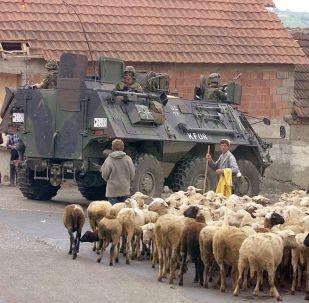 Niemiecki BTR w mieście Orahovacz, na zachód od Kosowa, rok 1999