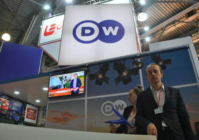 """Stoisko stacji telewizyjnej Deutsche Welle na 21. międzynarodowej wystawie CSTB Telecom & Media 2019 w centrum wystawowym """"Krokus Expo"""" w Moskwie"""