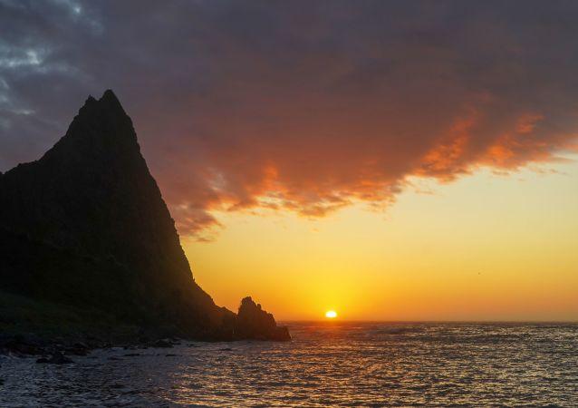 Zachód słońca na półwyspie Wasin na wyspie Urup (wyspa południowej grupy Wielkiego Grzbietu Wysp Kurylskich).