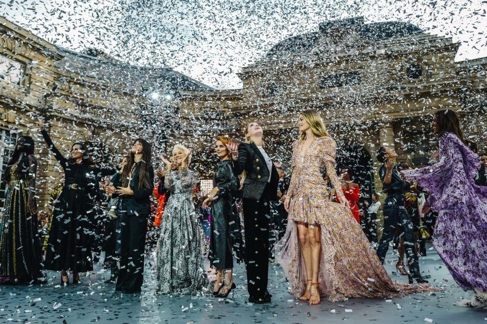 Aktorki i piosenkarki na prezentacji kolekcji L'Oreal podczas Tygodnia Mody w Paryżu