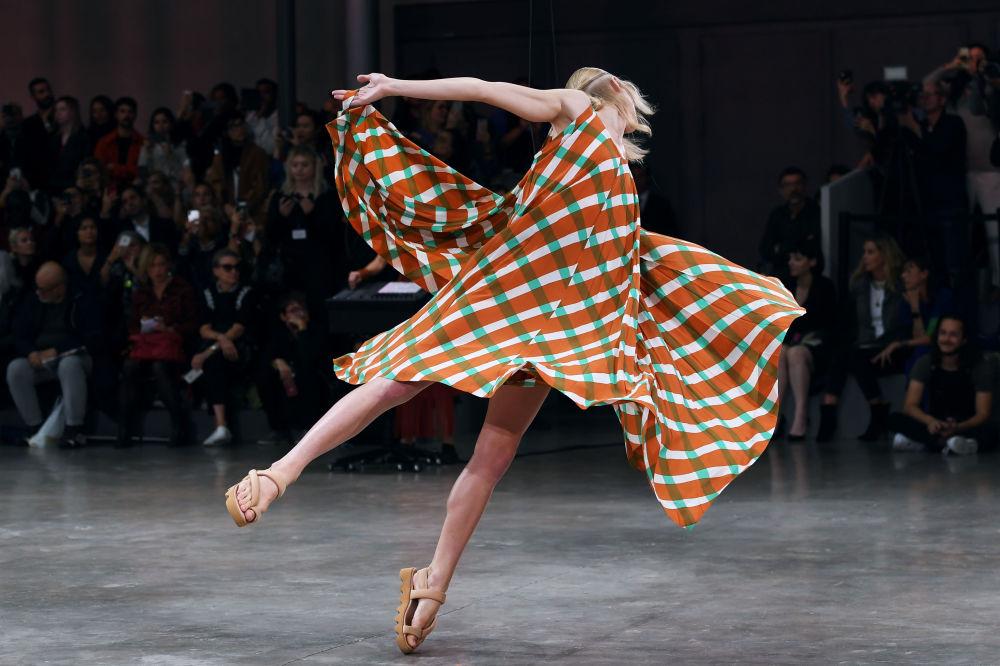 Tańcząca modelka na pokazie japońskiego projektanta Issey Miyake podczas Tygodnia Mody w Paryżu