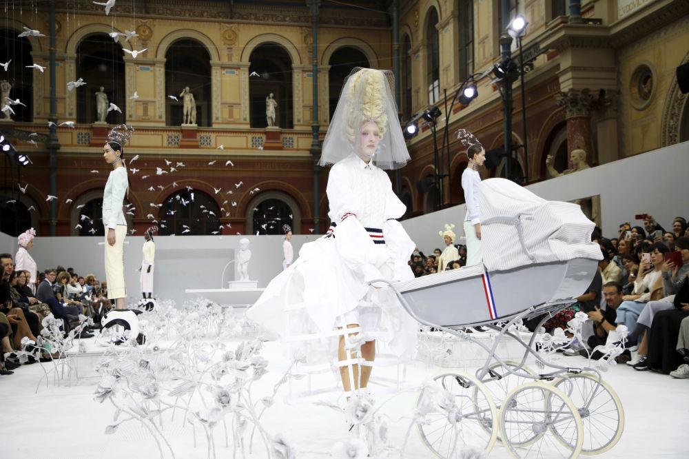 Modelki na pokazie Thom Browne podczas Tygodnia Mody w Paryżu