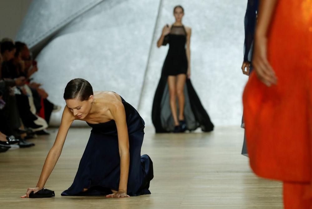 Modelka upadła na wybiegu pokazu Vivienne Westwood podczas Tygodnia Mody w Paryżu