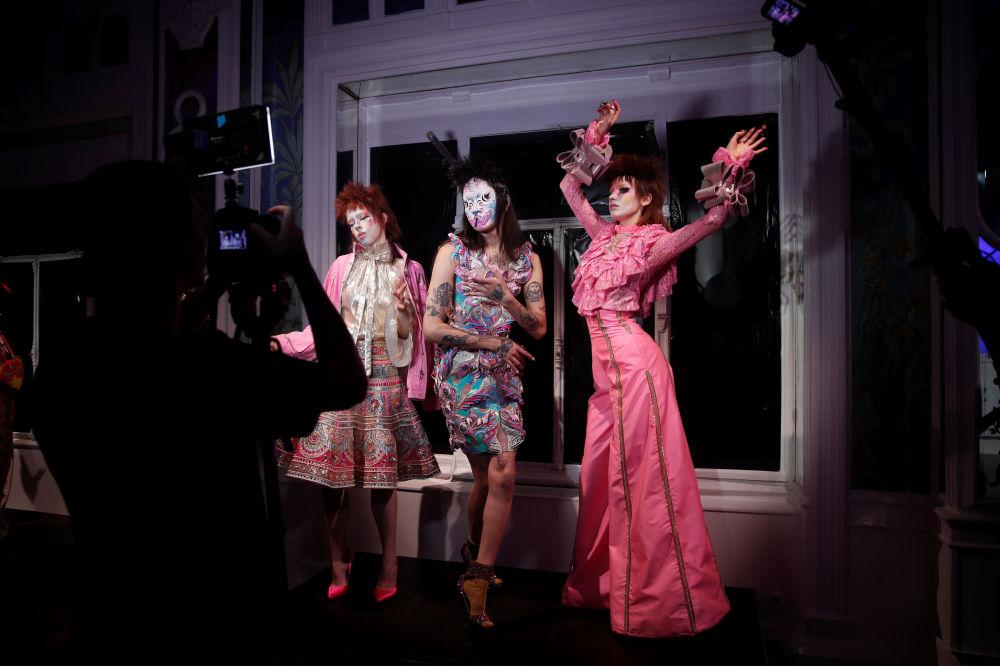 Modelki prezentują kolekcję Manish Arora podczas Tygodnia Mody w Paryżu