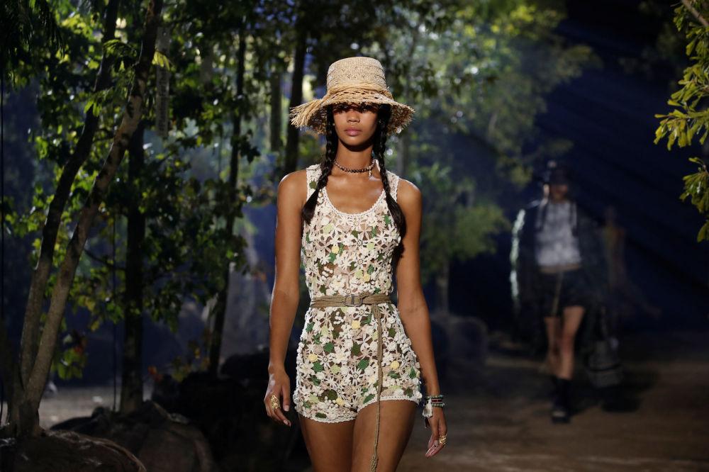 Modelka prezentuje kolekcję Maria Grazia Chiuri podczas Tygodnia Mody w Paryżu